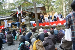 例大祭後の 餅まき(一之瀬神社)