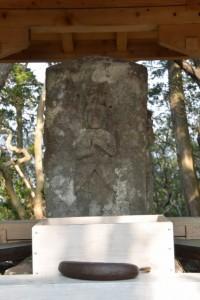五ヶ所浅間山山頂の浅間碑に供えられていたバナナ
