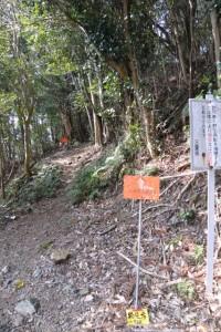 剣峠、八祢宜山の登山口(五ヶ所街道)