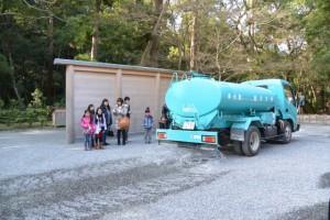 神宮司廳の散水車による打ち水(外宮)