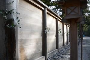 打ち水された板垣南御門の榊と柱(外宮)