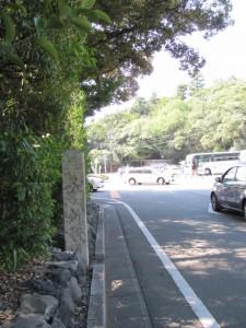 内宮宇治橋前のロータリー脇に建つ「五ヶ所街道」の道標