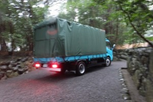 遷御を終えた古殿から御神宝等を運び出すために到着したトラック(月夜見宮)