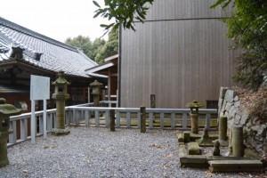 石造灯籠と説明板(白山比咩神社、津市白山町川口)