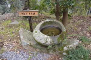 真言院の向かいにある舟形石・手水鉢(白山比咩神社、津市白山町川口)