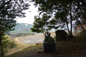 白山伝説 円乗坊(鎮徳上人)の像と笈掛け岩(津市白山町北家城)