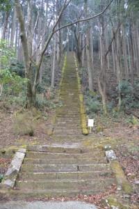 飯福田寺内、白山比咩神社跡への石階(松阪市飯福田町)