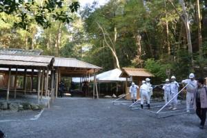 雨儀廊に加え、奉拝席にも仮設テントが準備された風宮