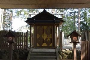 拝殿から望む修繕される本殿(有田神社)