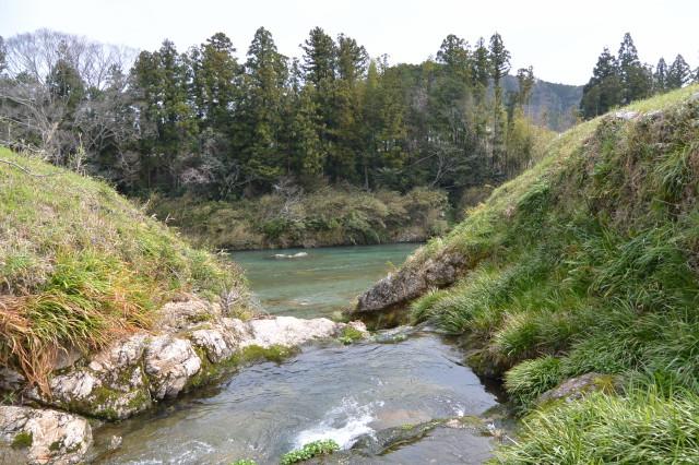 片野八柱神社の裏手を流れる川が合流する櫛田川(多気町片野付近)
