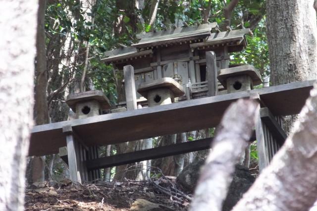 宇治岳道と丸山道、五知道の分岐付近で見つけた神棚?