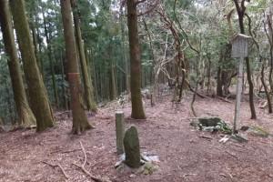 三十四丁地蔵町石と從是神宮宮域の石柱、五知道(磯部岳道)