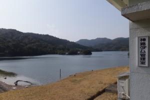 神路ダム管理室付近から望む神路湖