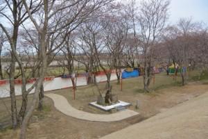 改修工事が完了した宮川堤から望む大日権現社