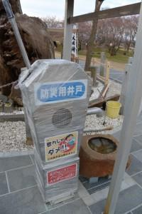 防災用井戸から手水を受ける楠大明神(改修工事が完了した宮川堤)