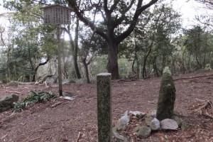 三十四丁地蔵町石と從是神宮宮域の石柱付近、五知道(磯部岳道)