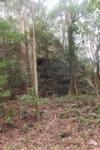 巨石と山之神(五知道(磯部岳道)の登り口付近)
