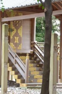 仮遷座中の有田神社、修繕される本殿(伊勢市小俣町湯田)