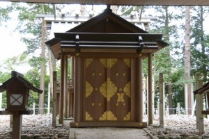 仮遷座中の有田神社、修繕される本殿の御門(伊勢市小俣町湯田)