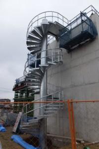 右岸の橋台に取り付けられた螺旋階段(勢田川水管橋製作架設工事)