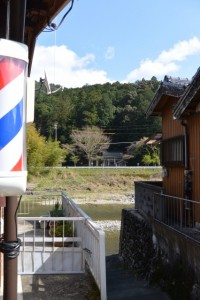 熊野古道伊勢路から大内山川越しに望む並大神社