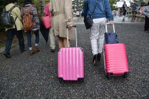 玉砂利の参道でキャリーバッグを引く女性ふたり(外宮 表参道)