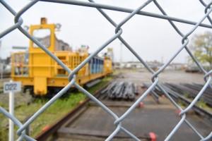JR参宮線 吹上町踏切付近に置かれた線路修繕車両とレール?