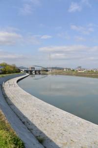 勢田川の右岸から望む勢田川水管橋製作架設工事