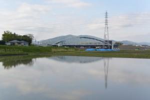 勢田川左岸の農道から望む勢田川水管橋製作架設工事