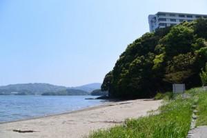 粟皇子神社(皇大神宮 摂社)付近の浜辺から望む旅荘 海の蝶