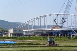 勢田川左岸の田んぼ道から望む勢田川水管橋架設工事