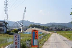 勢田川左岸、工事車両出入口付近から望む勢田川水管橋架設工事