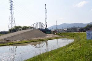 勢田川左岸の堤防道路から望む勢田川水管橋架設工事