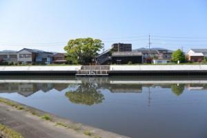 勢田川左岸の堤防道路から望む「川の駅 二軒茶屋」付近