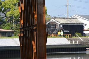 仮設橋(勢田川水管橋架設工事)の橋脚と二軒茶屋の風景