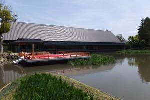 外宮 勾玉池の畔に建つ奉納舞台と「式年遷宮記念 せんぐう館」