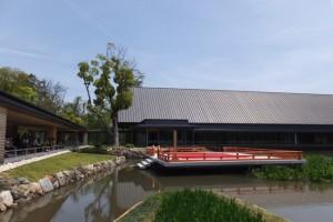 外宮 勾玉池の畔に建つ「休憩舎」と奉納舞台、「式年遷宮記念 せんぐう館」