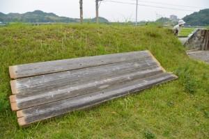 落とし板が外されて一時的に開放された黒木鳥居の出入口(神宮神田)