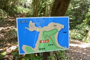 分岐付近に設置されている案内地図(楯ヶ崎遊歩道)