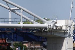 管が接続された水管橋と橋台(勢田川水管橋架設工事)