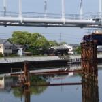 水管橋と撤去されつつある仮設橋越しに望む川の駅 二軒茶屋方向