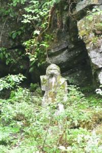 川上山若宮八幡神社の「不断社」付近から望む「?」像(津市美杉町川上)