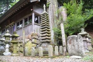 國津神社の十三重塔と弥陀三尊 種子碑(津市美杉町太郎生)