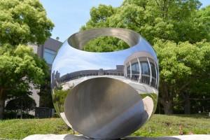 三重県総合文化センターの祝祭広場に置かれたオブジェ