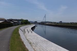 勢田川右岸から望む架設工事中の水管橋(勢田川)