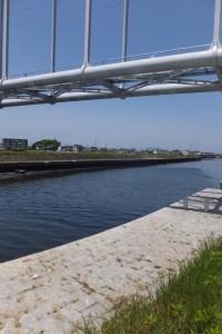架設された水管橋(勢田川)