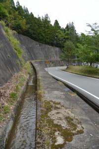 高い場所に流れている用水路(文後分岐・碑付近)