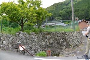 珍しい積み方の石垣と水場(多気町消防団第6分団付近)