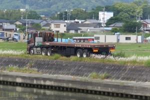 仮設橋の撤去作業現場へ向かう大型トレーラー(勢田川水管橋架設工事)