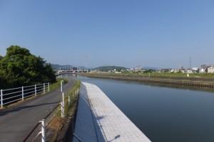 勢田川の右岸から望む勢田川水管橋架設工事現場方向